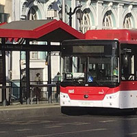Lanzan plan piloto para mantener distanciamiento de pasajeros en paraderos de buses